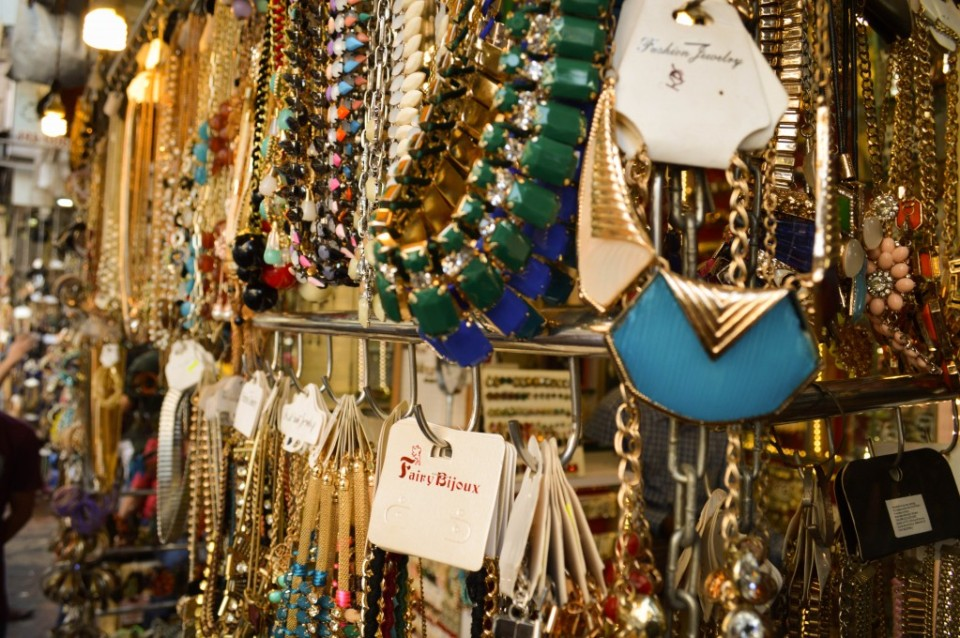 artificial-jewellery-shop-at-colaba-causeway-1024x680